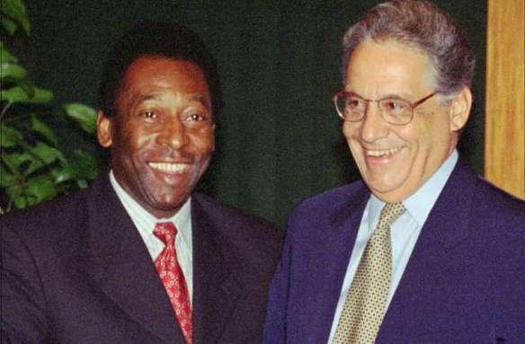 Edson Arantes (Pelé) como ministro extraordinário do esporte ao lado do Presidente Fernando Henrique Cardoso. Foto: Veja.