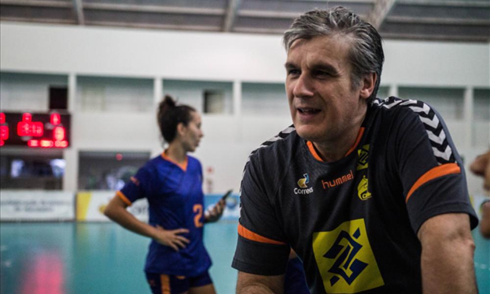 Treinador Jorge Dueñas afrente de um treino da seleção brasileira feminina de Handebol. Foto: Divulgação / CBHb