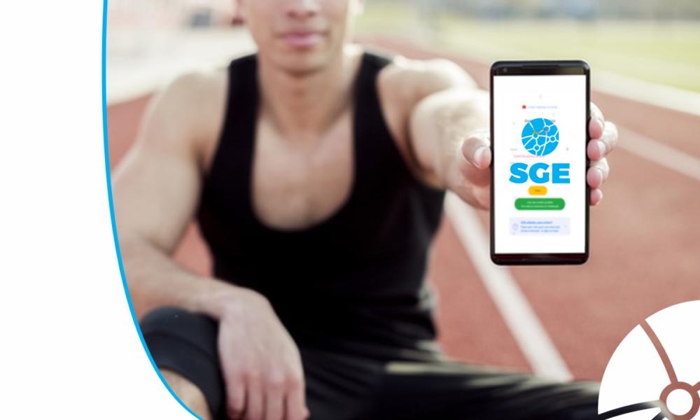 Atleta com celular na mão com a tela no SEG da Bigmidia
