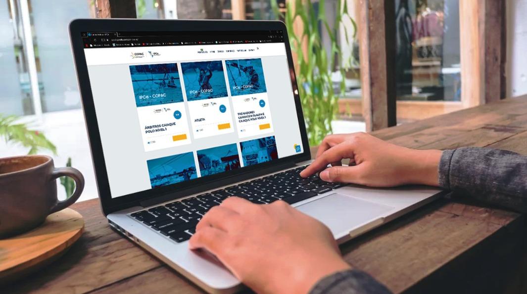 Imagem com computador e na tela a plataforma ead da bigmidia
