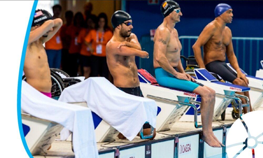 Atletas paralímpicos em piscina de natação