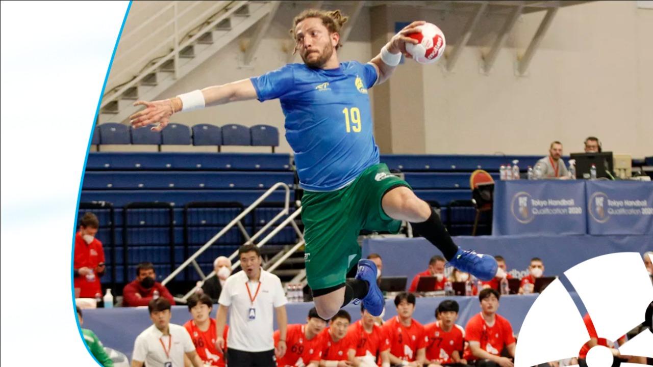Atleta da seleção brasileira de Handebol fazendo arremesso