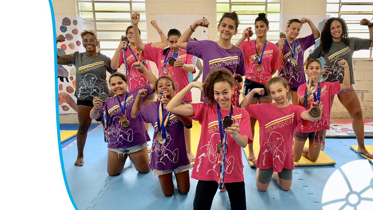 Jovens meninas atendidas pelo projeto Mempodera