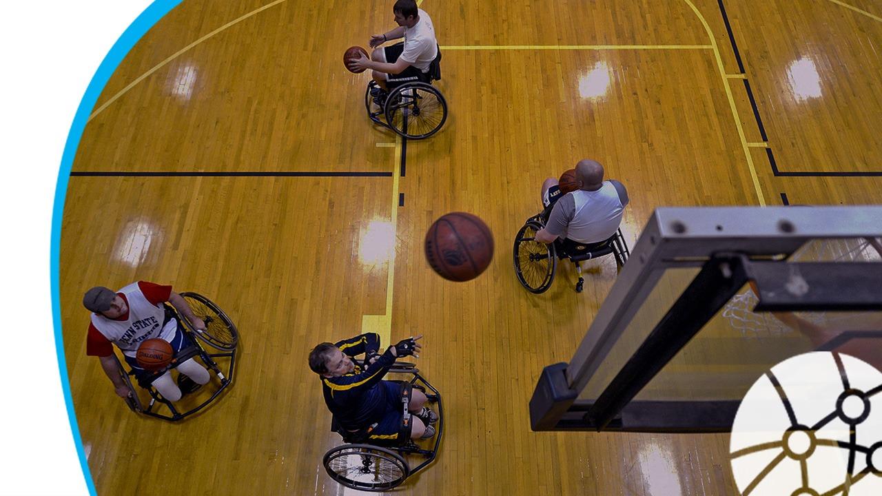 pessoas jogando basquete em cadeira de rodas